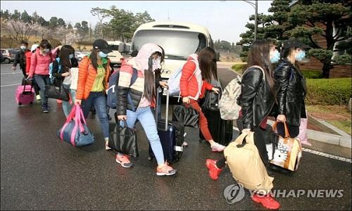 Một nam quản lý nhà hàng dẫn theo 12 nữ nhân viên Triều Tiên trốn sang Hàn Quốc hôm 7/4. Ảnh: Yonhap