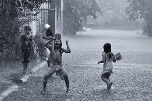 Những trận mưa mang theo niềm vui của trẻ nhỏ.