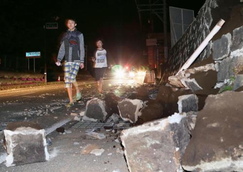 Người dân đi qua nơi các bức tường bị sập tại thị trấnMashiki, tỉnhKumamoto