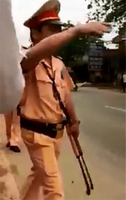 Cảnh sát giao thông nổ súng, quật ngã thanh niên cầm 2 con dao 1