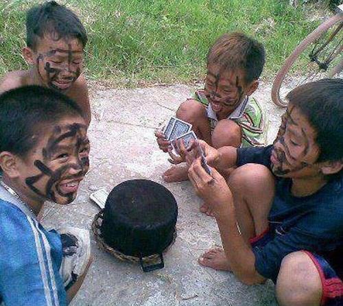 Quẹt nhọ nồi - hình phạt đáng yêu nhất của tuổi thơ.