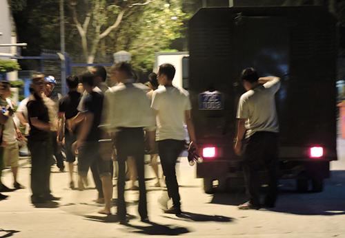 Cảnh sát truy bắt học viên trốn tại trong đêm. Ảnh: Xuân Thắng