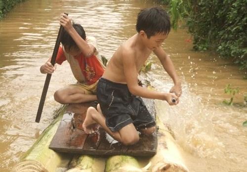 Bè chuối là phương tiện di chuyển được ưu chuộng nhất mỗi mùa nước nổi.
