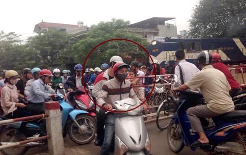 Tàu hỏa nhường đường ray cho xe máy - chỉ có ở Việt Nam 1
