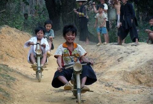 Đua xe công thức 1 phiên bản trẻ con vùng cao Việt Nam.