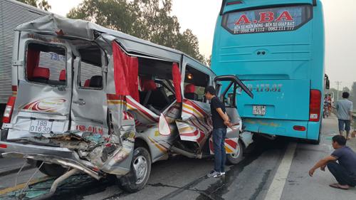 Xe du lịch găm chặt vào đuôi ôtô khách, 11 người bị thương 1