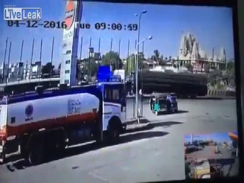 Em bé ngã gục khi ôtô đang đổ xăng phát nổ 2