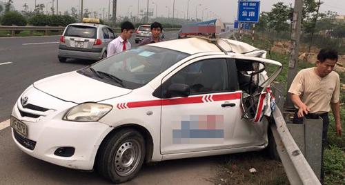 6 người thoát nạn trong taxi biến dạng 1