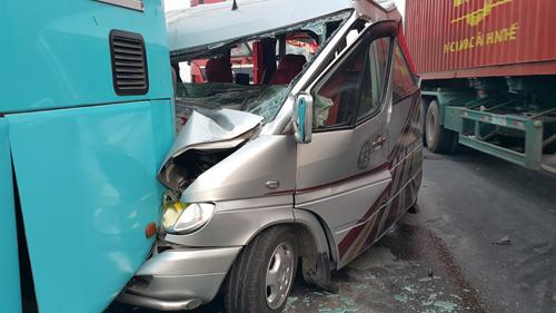Xe du lịch găm chặt vào đuôi ôtô khách, 11 người bị thương 2