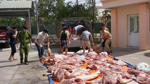 Hơn 1 tấn thịt thối được đưa vào chợ cho công nhân. Ảnh: Nguyệt Triều