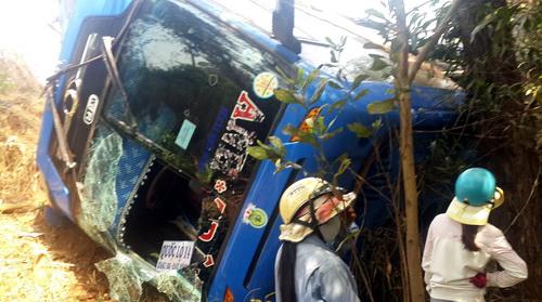 46 người ngất xỉu, kêu cứu dưới vực sâu khi ôtô bị lật 2