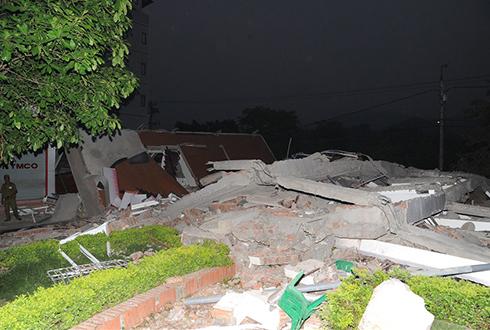 Nhà 5 tầng sập giữa đêm, 3 người tử vong 1