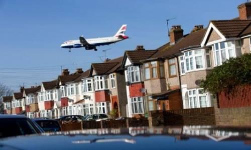 Một máy bay dân sự Anh chuẩn bị hạ cánh xuống sân bay Heathrow, London. Ảnh: AFP