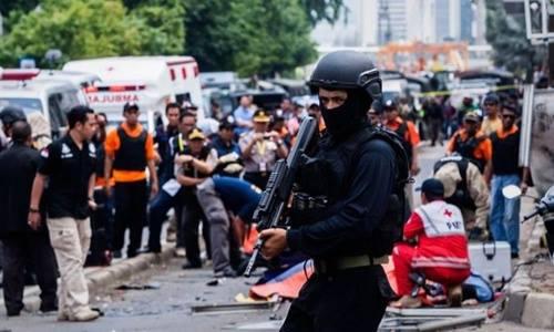Cảnh sát tại hiện trường một địa điểm bị IS tấn công ở thủ đô Jakarta, Indonesia hồi tháng 1. Ảnh: AP