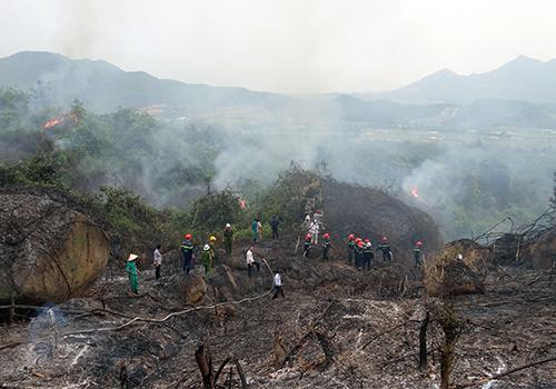 100 lính cứu hỏa khống chế cháy rừng Bà Nà - Núi Chúa 1