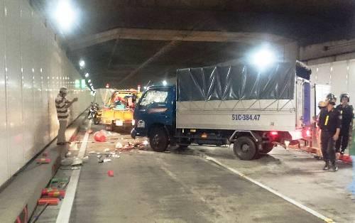 Tránh húc đuôi ôtô, xe tải tông 5 người trong hầm Thủ Thiêm 1