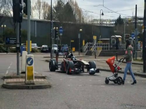 Người đi xe máy rơi từ cầu vượt xuống đường 5