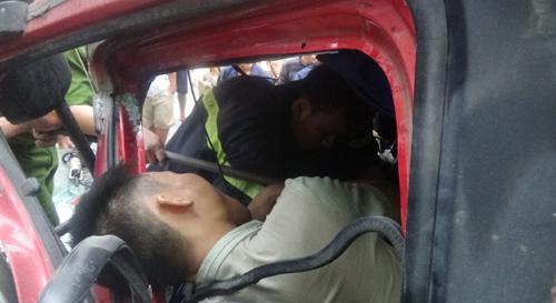 Cắt cabin giải cứu tài xế mắc kẹt sau tai nạn 2