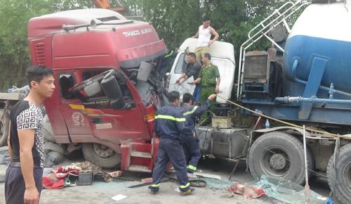 Cắt cabin giải cứu tài xế mắc kẹt sau tai nạn 1