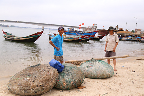 Ngư dân gác chèo, treo lưới vì họa cá chết 2
