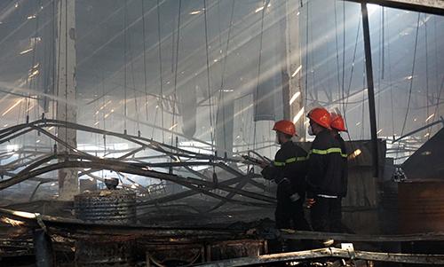 Hàng trăm công nhân chạy khỏi nhà xưởng bốc cháy 1