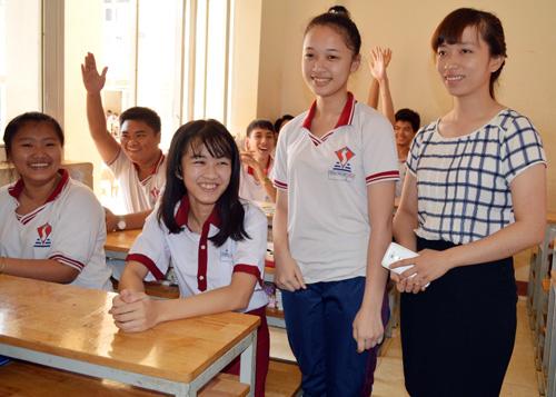 Nữ sinh mất chân tự tin trong ngày nhập học trở lại 2