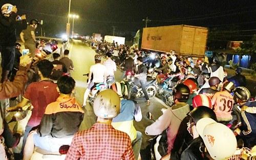 Chặn quốc lộ làm trường đua, hàng trăm 'quái xế' biểu diễn liên tỉnh