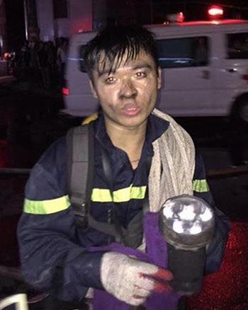 Lính cứu hỏa cứu 50 người được tuyên dương thanh niên tiên tiến 1