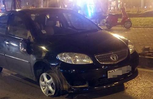 Bị truy đuổi sau tai nạn, ôtô bỏ chạy dù nổ lốp 1