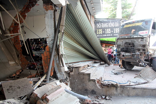 Hàng chục người tháo chạy khi xe ben tông sập 3 cửa hàng 1