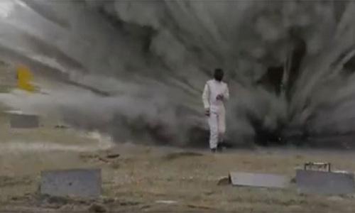 Cô gái Nga mặc giáp đi xuyên bãi mìn phát nổ