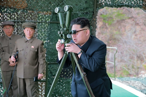 Nhà lãnh đạo Triều Tiên Kim Jong-un chỉ đạo thử nghiệm phóng tên lửa ngày 23/4. Ảnh: KCNA.
