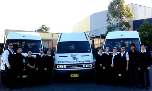 Đội ngũ nhân viên và xe tải phục vụ như cácbếp lưu động củaBlue Phoenix Catering.Ảnh:NVCC
