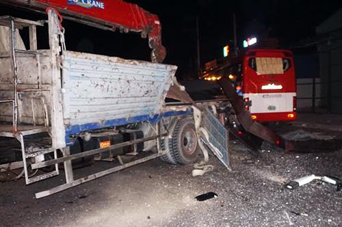 Ô tô khách đâm vào hông đuôi xe tải cẩu. Ảnh: Nguyệt Triều