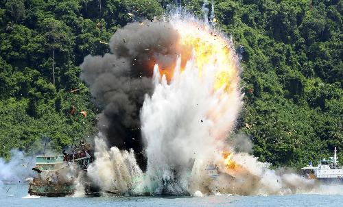 Vì sao Indonesia ngại cho nổ tàu cá Trung Quốc 1