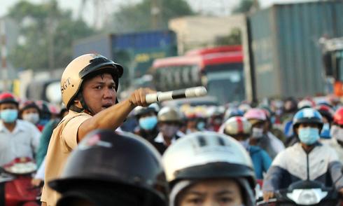Người dân ùn ùn đi chơi lễ, cửa ngõ Sài Gòn kẹt cứng