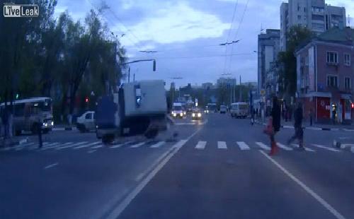 Xe cảnh sát vượt đèn đỏ bị đâm lật vòng 1