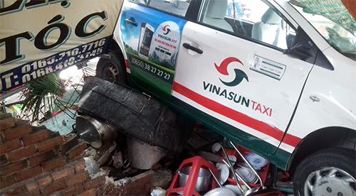 Taxi gây nạn liên hoàn, 7 người bị thương 1