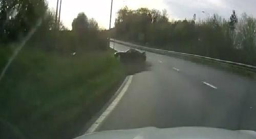 Xe cảnh sát vượt đèn đỏ bị đâm lật vòng 2