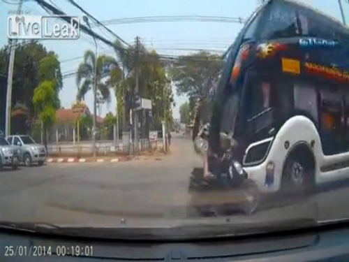 Lái xe ngông cuồng chống lại cảnh sát 4