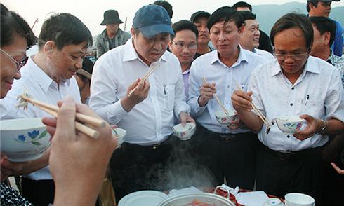 Chủ tịch Đà Nẵng ra cảng cá ăn hải sản cùng ngư dân