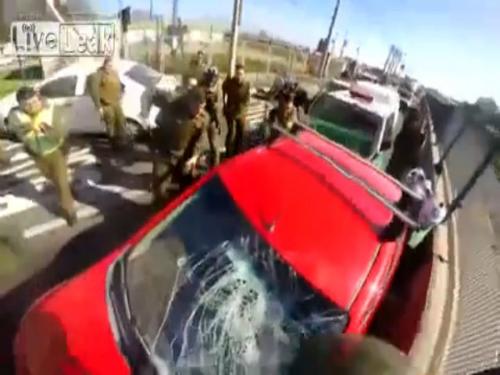 Lái xe ngông cuồng chống lại cảnh sát 1