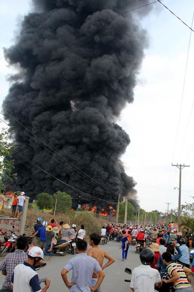 Đám cháy bốc cao hàng trăm mét. Ảnh: Phước Tuấn