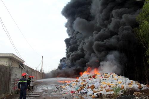 Bãi tái chế phế liệu rộng hàng nghìn m2 bị thiêu rụi. Ảnh: Phước Tuấn