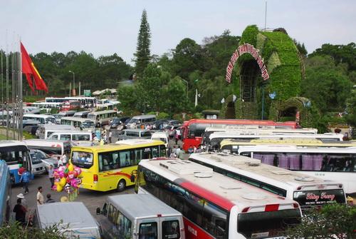 Bãi xe của Vườn hoa thành phố đông nghẹt. Ảnh: Khánh Hương