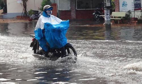 Nhiều tuyến đường ở Cần Thơ ngập nước trong cơn mưa lớn chiều 1/5. Ảnh: Cửu Long