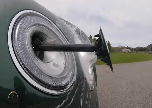 Cách rửa đèn pha tự động của xe siêu sang 1