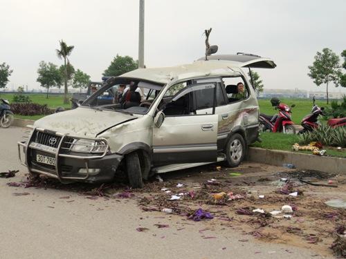 Xe nổ lốp, 7 người trong gia đình thoát nạn 1