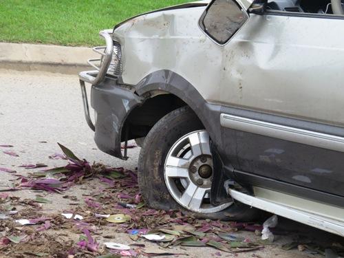 Xe nổ lốp, 7 người trong gia đình thoát nạn 2