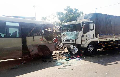 Ôtô khách đấu đầu xe tải, 20 người nhập viện 1